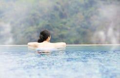 Junge Frau, die in heiße Quellen sich entspannt Lizenzfreies Stockfoto