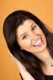 Junge Frau, die heraus ihre Zunge haftet Lizenzfreie Stockbilder