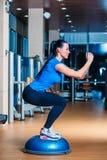 Junge Frau, die herein Stepp-Aerobic-Übungen durchführt Stockbilder