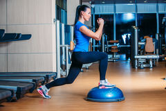Junge Frau, die herein Stepp-Aerobic-Übungen durchführt Stockbild
