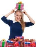 Junge Frau, die herum, Geschenke erhalten täuscht Lizenzfreies Stockfoto