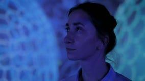 Junge Frau, die herum moderner immersive Ausstellung betrachtet stock video