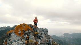 Junge Frau, die hoch in Berge unter Kakteen ?ber dem Ozean geht Dame auf dem Gipfel, schöne Landschaft beobachtend stock video