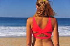 Junge Frau, die Horizont betrachtet stockfotos