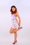 Junge Frau, die ihr Bein hochhält Stockfotos