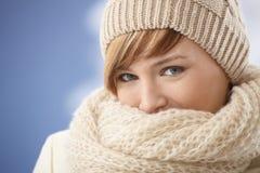 Junge Frau, die ihr Gesicht mit Schal bedeckt Lizenzfreie Stockfotografie