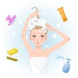 Junge Frau, die ihr Haar mit Körper-/Haarpflegeprodukten einseift Lizenzfreies Stockbild