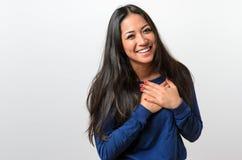 Junge Frau, die ihr tief empfunden Dankbarkeit zeigt Stockfotos