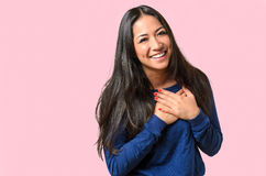 Junge Frau, die ihr tief empfunden Dankbarkeit zeigt stockfoto