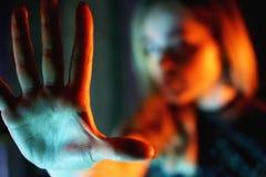 Junge Frau, die ihre Ablehnung ohne auf ihre Hand zeigt lizenzfreies stockfoto