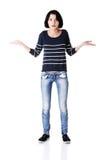 Junge Frau, die ihre Arme und Hände verbreitet. Stockfotografie