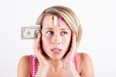 Junge Frau, die an ihre Finanzen denkt Stockbilder