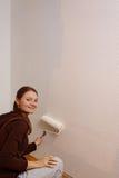 Junge Frau, die ihre Hauptwand malt Lizenzfreie Stockbilder