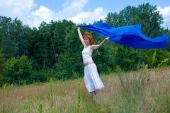 Junge Frau, die ihre Lebensdauer genießt Lizenzfreies Stockfoto