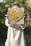 Junge Frau, die ihre Liebe vorführt Stockfotografie