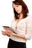 Junge Frau, die ihre Tablette liest stockfotos