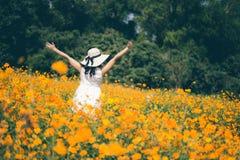 Junge Frau, die ihre Zeit draußen in der Wiese in der Natur am sonnigen Tag genießt Stockbilder