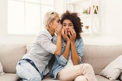 Junge Frau, die ihrem Freund etwas traurigen Nachrichten sagt Lizenzfreies Stockbild