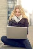 Junge Frau, die an ihrem Laptop arbeitet Lizenzfreies Stockbild
