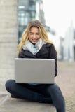 Junge Frau, die an ihrem Laptop arbeitet Lizenzfreie Stockfotos