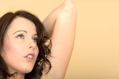 Junge Frau, die ihren Arm oben schaut in der Verzweiflung anhebt lizenzfreies stockbild