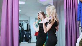 Junge Frau, die ihren Auftritt vor dem Spiegel überprüft stock video