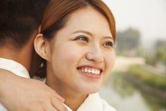 Junge Frau, die ihren Freund umarmt Lizenzfreies Stockfoto
