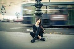 Junge Frau, die ihren Handy überprüft Lizenzfreie Stockbilder