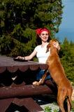Junge Frau, die ihren Hund streichelt Stockfoto