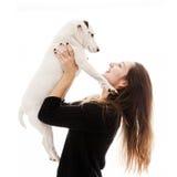 Junge Frau, die ihren Hund trägt Stockfoto