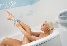 Junge Frau, die im Badezimmer sich wäscht Lizenzfreie Stockbilder