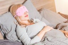 Junge Frau, die im Bett schl?ft stockfotos
