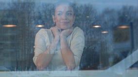 Junge Frau, die im Café ihre Bestellung, vom Kellner geholt zu werden wartet Stockfoto