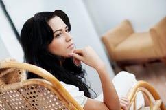 Junge Frau, die im chear sitzt Stockfoto