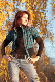 Junge Frau, die im Fall aufwirft Lizenzfreie Stockfotos