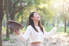 Junge Frau, die im Frühjahr Tag des Gartens genießt stockfotos