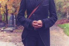 Junge Frau, die im Kirchhof mit den Händen gefaltet steht lizenzfreie stockfotos