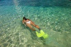 Junge Frau, die im klaren seichten Wasser schnorchelt lizenzfreies stockfoto