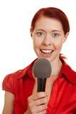 Junge Frau, die im Mikrofon spricht Stockfoto