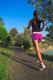 Junge Frau, die im Park rüttelt Lizenzfreie Stockfotografie
