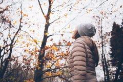 Junge Frau, die im Park rüttelt Stockbilder