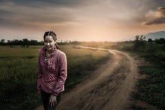 Junge Frau, die im Park sitzt Lizenzfreie Stockfotografie