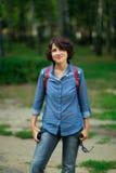 Junge Frau, die im Park steht Lizenzfreies Stockbild