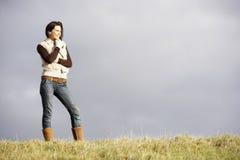 Junge Frau, die im Park steht Lizenzfreie Stockfotografie