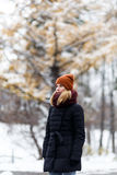 Junge Frau, die im Park steht Stockfotografie
