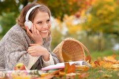 Junge Frau, die im Park stillsteht Stockfotografie