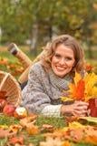 Junge Frau, die im Park stillsteht Lizenzfreie Stockfotografie