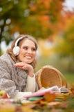 Junge Frau, die im Park stillsteht Lizenzfreie Stockbilder