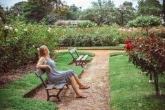 Junge Frau, die im Park stillsteht Lizenzfreies Stockbild