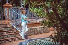 Junge Frau, die im Park stillsteht Stockbilder